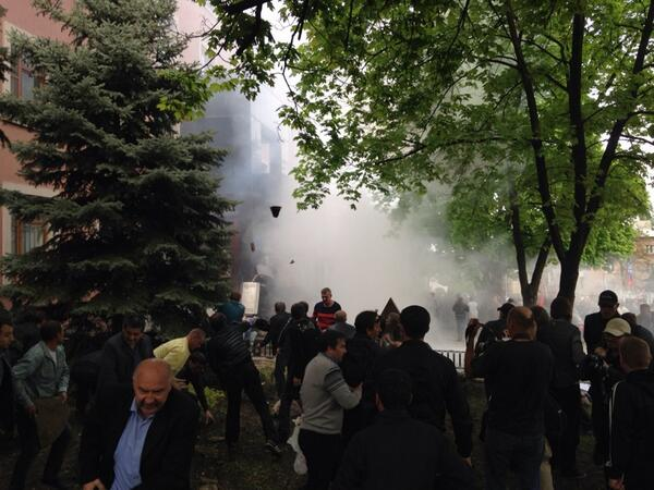 Getting ugly here. Rocks smoke and bangs in Donetsk http://t.co/ED1Yyw6Kpq