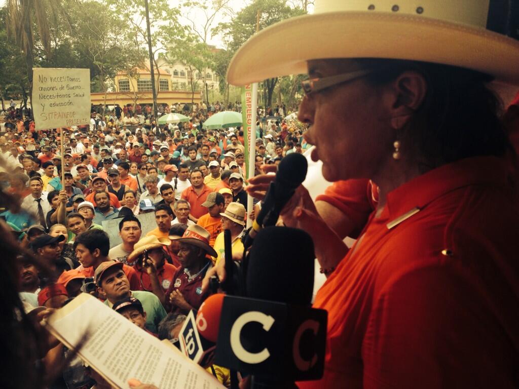 Discurso de @XiomaraCastroZ en #sanpedrosula #PrimerodeMayo #Honduras @pichuzelaya http://t.co/fdEfukFVrb