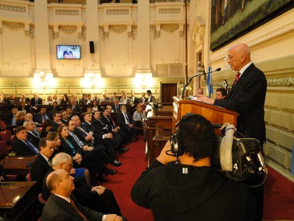 [FOTO] @HermesBinner escuchando a @AntonioBonfatti durante el discurso de apertura de sesiones en Santa Fe http://t.co/oM4uSpqfou