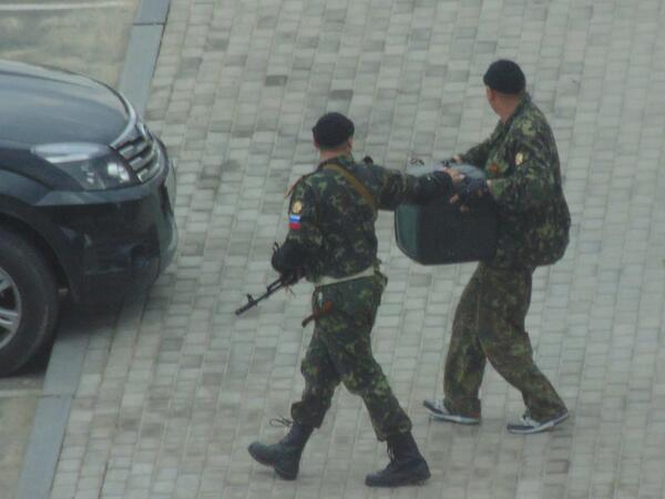 Russian soldiers w insignia in  ~ #Luhansk #Lugansk #Луганск. They have stopped pretending| #Ukraine #Euromaidan http://t.co/PgtTWaEZuZ