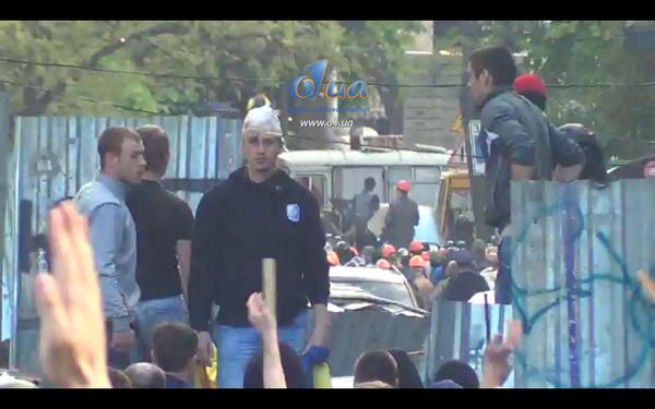 Забинтовал голову, остановил кровь и на баррикады. Украину не победить. Слышали, мерзкие жуки? #Одесса #антимайдан http://t.co/vDTdYUTyMM