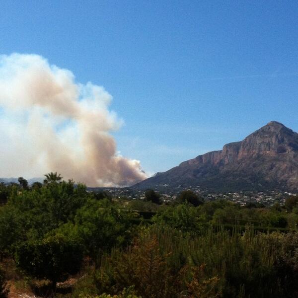 L'incendi del Montgó va a més i  cap mitjà aeri #foc #incendi #montgó #jesúspobre #Xàbia http://t.co/oF2JWUxjWc