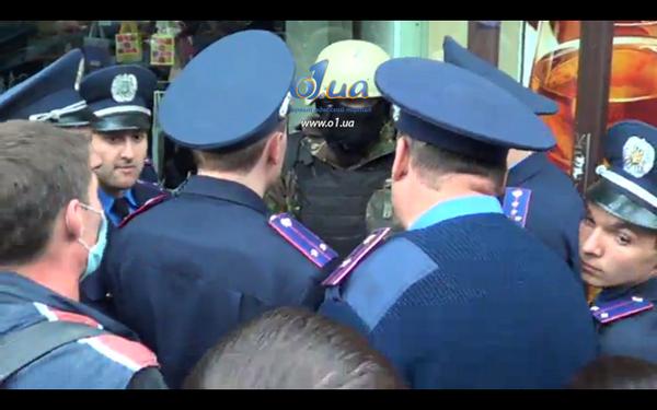 Толпа прищучила и окружила зеленого человечка, менты не знают, что делать, им ок. Толпа – «майску снять!» #одесса http://t.co/xJsJ0mxH8D