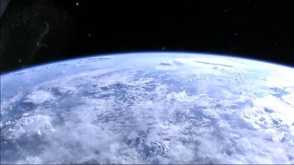 You can now watch a live HD stream of Earth from the ISS! #ILoveTheFuture http://t.co/QEY1xqv5Ap http://t.co/ZNEw9bMaxj via @NASA
