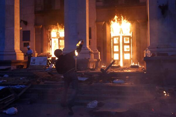 At least 38 killed, dozens wounded in Trade Unions House fire in #Ukraine's #Odessa http://t.co/7jjvARXlvp  http://t.co/MbUzgjrVWx