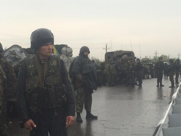 Guardia Nacional de #Ucrania ataca a civiles en #Yasnogorovka, cerca de #Slaviansk, donde está tarde estuvimos. http://t.co/5YbmfmI58J