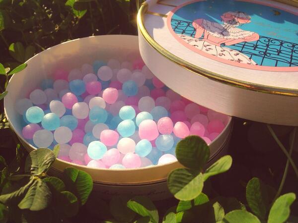 先日お客さまに頂いた、長崎堂の「クリスタルボンボン」。すりガラスのような質感のボンボンを口に入れると砂糖衣がカシュッと潰れて、洋酒風味のシロップが口いっぱいに広がります。おいしい……幸せ……素敵な贈り物をありがとうございます! pic.twitter.com/nWqSXqyxPA