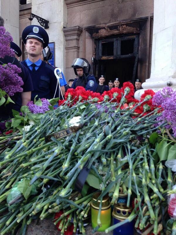 Flores junto al edificio incendiado por grupos nazis de #Ucrania en solidaridad con los asesinados en #Odessa http://t.co/VxJcISboCp