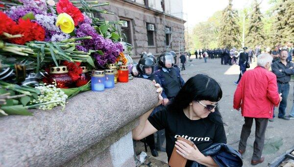 #Odessa. Hoy. Las flores en el lugar de la masacre . La casa de los sindicatos http://t.co/BekhIONukF