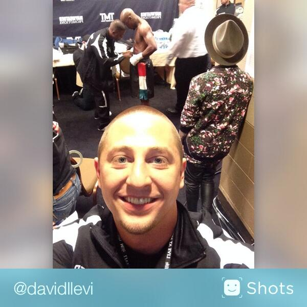 We ready! @FloydMayweather and @justinbieber in the locker room. It's fight time http://t.co/P0ajkNztid #selfie http://t.co/RwVjQNUW8o