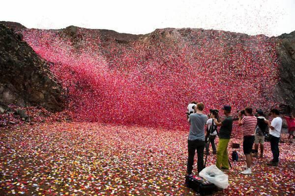 【画像あり】村に花ビラ800万枚降らせたソニーの経済力をご覧ください。