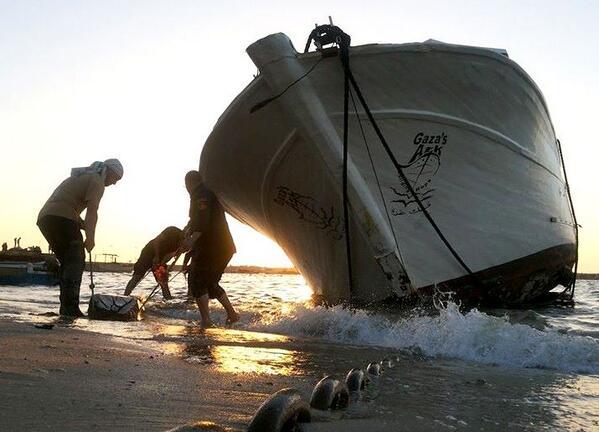 operazioni di alaggio dell'Arca di Gaza per procedere alle riparazioni dopo l'attentato