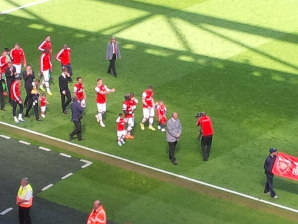 Bacary Sagna leading the lap of appreciation. All the appreciation is to him. Thanks for all your service to Arsenal http://t.co/uSsQzyT8XK