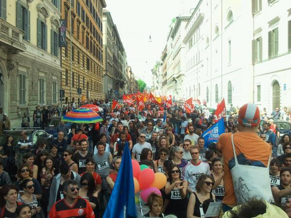 Thousands take to the streets in #Rome for #MayOfSolidarity  via @DinamoPress #europe4the99 http://t.co/Yg6OgAoTId