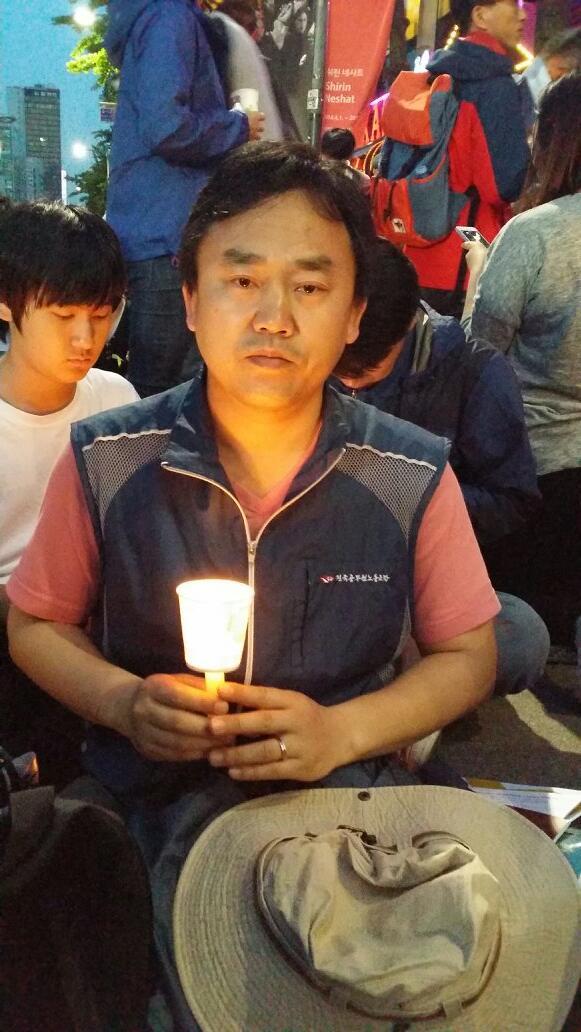 누군가 나에게 왜 촛불을 드냐고 묻는다면, 나는 말할 것입니다. 살기 위해서 드는 것이라고.... 한쪽로 쏠려 침몰 직전인 대한민국을 구하기 위해 드는 것 이라고... http://t.co/kygNkKBKQ7