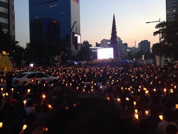 세월호 추모 촛블집회 청계광장에는 이제 어둠이 내리고 분노하고 행동하는 양심있는 촛불이 불을 밝히고 있습니다 http://t.co/NxUZjg39ZL