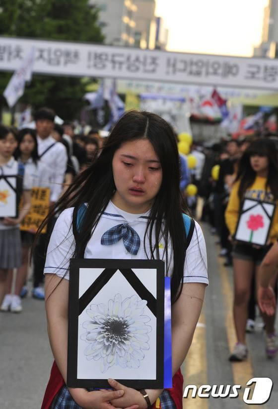 미안하다, 미안하다, 끝없이 미안하기만 하다~ RT @onsaemee: 2014년 5.18민중항쟁 34주년 민주대성회.  고등학생 304명이 세월호 희생자들의 꽃영정을 품고 행진. http://t.co/qiYuMD3VYC