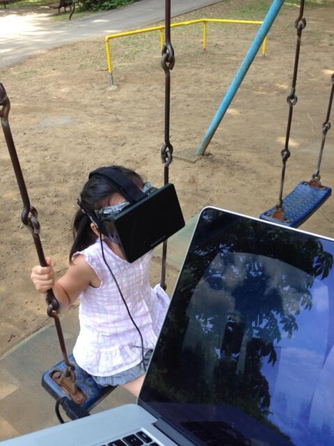 野外Oculus! 高層ビルの谷間をブランコするパパ手製アプリ。足ブラーンが効果高いらしい http://t.co/hnSrJKALi1