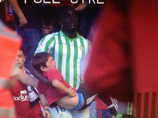 ¿Seguirá habiendo racismo en el fútbol con gestos como este? N'Diaye salvando al niño cuando se produce la avalancha http://t.co/9ThEWBlpjM