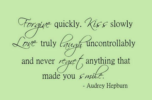 사과는 빠르게. 키스는 천천히  사랑은 진실하게  웃음은 조절할수 없을 만큼  그리고 당신을 웃게 만든 것에 대해서 절대 후회하지 말 것. -오드리 헵번 http://t.co/5gyZxECIyZ