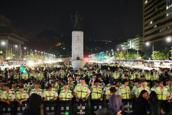 ㅋ~ RT @CeeKayKim: 모르는 사람이 보면, 경찰들이 집회하는 줄 알겠네요.  http://t.co/JH6g8jERWG