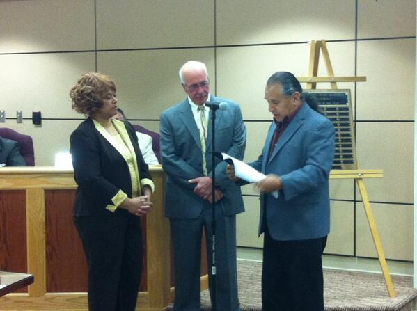 Ron Williams reads a declaration thanking Steve Toroney and Mayor Sharon Thomas for help with last Saturday's Pow-wow http://t.co/vIj4qPYwno