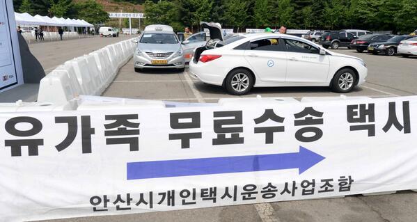 """참 멋진 안산 개인택시 기사님들 """"@hankookilbo: 안산 개인택시가 유가족들의 발이 되고 있습니다. 안산-진도를 왕복한 택시가 100대가 넘습니다. http://t.co/3hCQIAKxFF http://t.co/O4BL5aKFpH"""""""