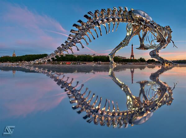 この仏人彫刻家の圧倒的なセンス。パリ・セーヌ川沿いに姿を見せた巨大な「ティラノサウルス」の実物大彫刻。型取りしたクロム金属の350個の骨から構成される、コンテンポラリー・アート。thisiscolossal.com/2013/07/giant-… pic.twitter.com/UN92wUpKzF