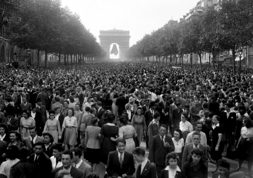 10h58 les chs elysées le 8 mai 1945 8mai pic twitter com