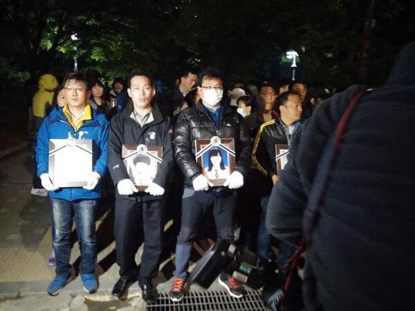 ((긴급)) kbs 본관앞 유족들께서 요청합니다. 안산 시민께서 급히 kbs본관으로 오고 계신다 합니다.서울근교 시민들의 동참 요청 .이 글을 시민단체 관계자 분들이 보시면 촛불을 들수 있게 지원 요청 합니다. http://t.co/oy7iXxfztd