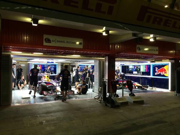 Diez de la noche del jueves... Y aún hay gente trabajando... #F1 rules! http://t.co/JBSCjJEqDZ