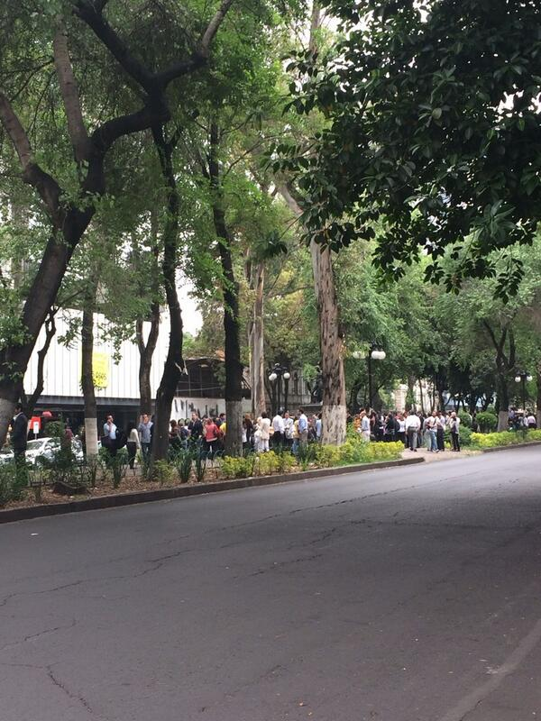 La  Godiniza en el camellón @LaRomaDF @MundoGodinez http://t.co/R02r6hRDFW