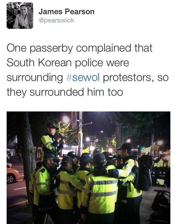 오늘 새벽 경찰이 세월호 희생자 가족을 둘러싼 걸 지나가던 사람이 항의하자, 경찰들이 그 사람까지 에워싸버렸다는 로이터 특파원 트윗내용...한사람 막으려다 전세계로 알린 꼴 http://t.co/kyvyh3Bg9T