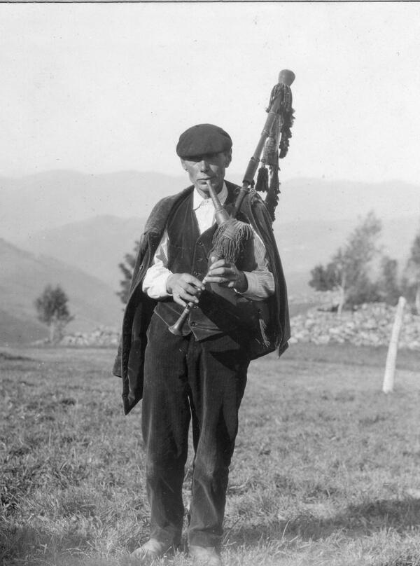 Feliz #DiaDeLesLletres F. Krüger: Gaiteru nos Corros -Tinéu- (1927). Coleición del Museú del Pueblu d'Asturies http://t.co/oxkEjSUSW0