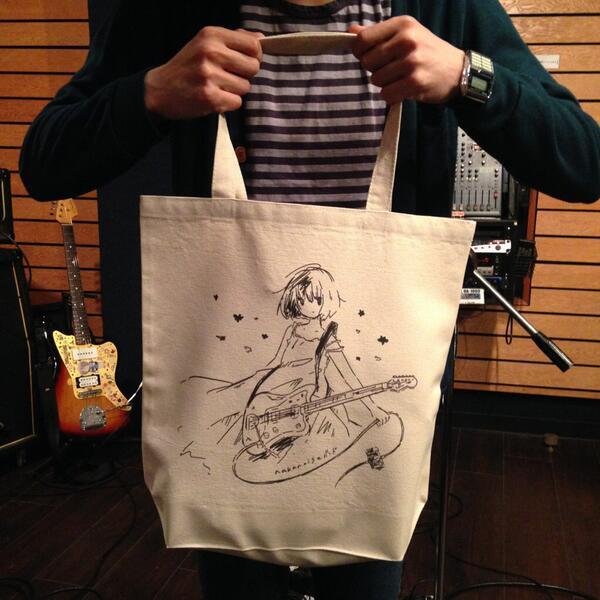 nakanoiseバンド謹製トートバッグ出来上がりました。5月17日(土)渋谷O-nestのライブ会場にて販売を開始します。価格1,500円。(イラスト: まつだひかり [@niko9_niku9] ) http://t.co/Gee7RFLvFZ