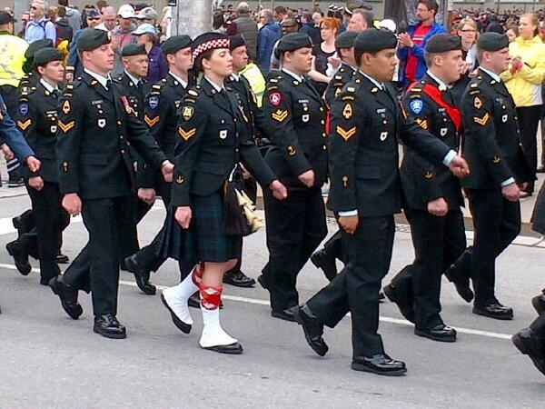 We join the crowds lining the streets honouring our armed forces as they parade to the Hill #cdnpoli http://t.co/mlWO5l2Fd4
