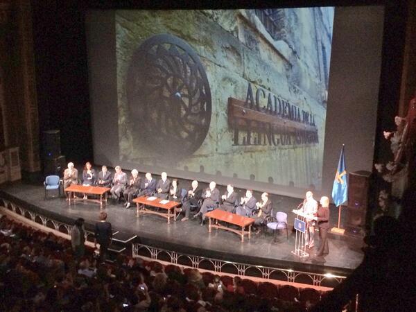"""""""@iyangc: El Teatru Campoamor enllenu hasta la bandera pal actu institucional del #DíaDeLesLletres  #oficialidá http://t.co/KbONzXOLyA"""" bien"""