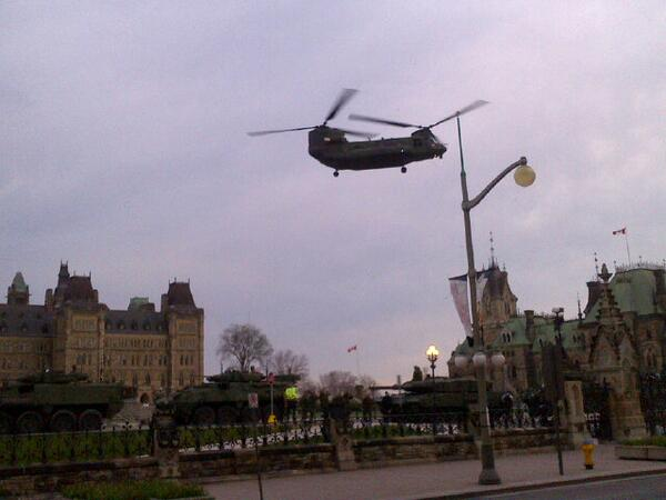 RCAF Chinook lifts off frm Parliament Hill   #DayofHonour #SupportOurTroops http://t.co/5SsJ84HZBz