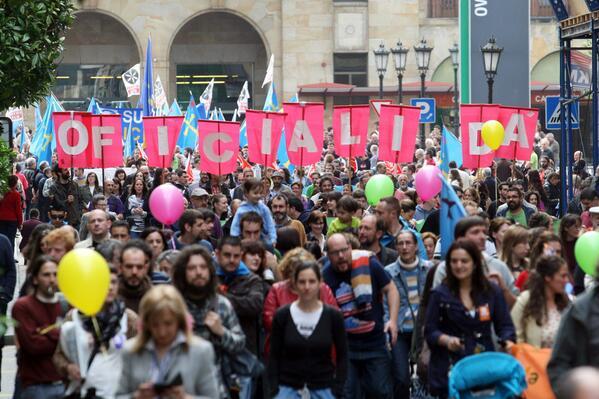 Más de 2.000 personas piden en Oviedo la oficialidad del asturiano http://t.co/6UYjLVnrZR http://t.co/Mk7YSftUg3