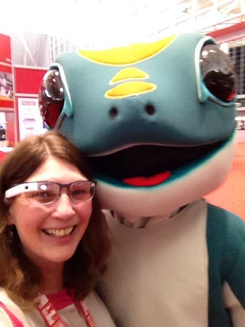 Elin w/ the @GEICO lizard and #GoogleGlass at @aarp #lifeat50 http://t.co/DBTPLJV2gj