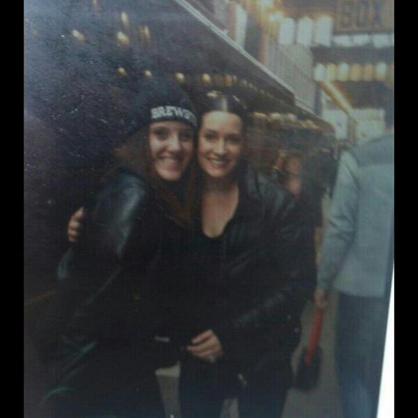 SHE JNEW WHO I WAS AND SHE HUGGED ME SOBTIGHT AND SAID SHE'LL SEE ME KATER OMV http://t.co/Ks78vz3sjG