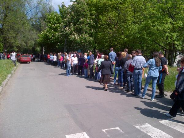 "Line about two blocks long at this Donetsk polling station. Most of them appear to be voting ""da"" for independence http://t.co/0U9GOh8C5h"