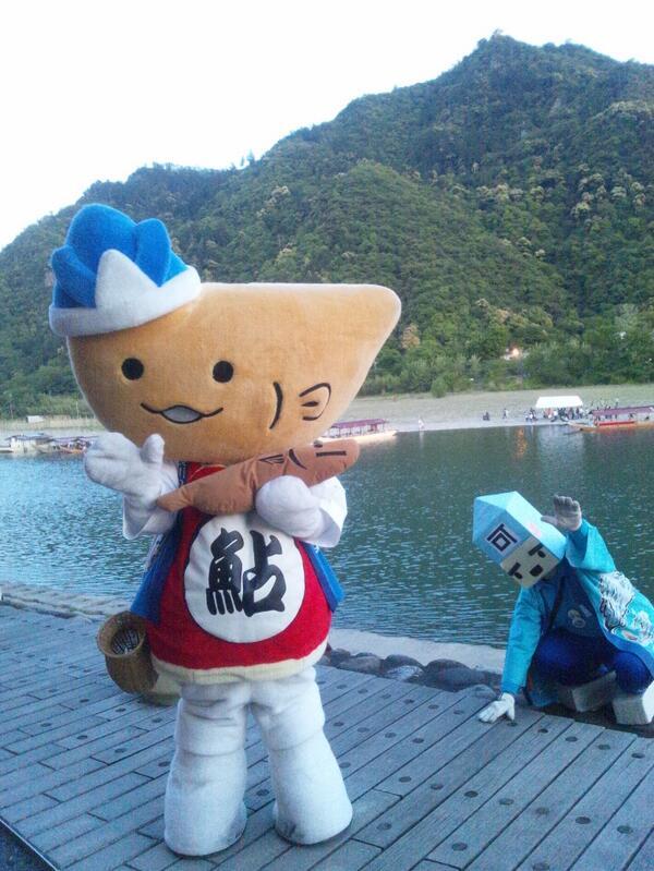 鵜飼船に乗ったみんなをお見送りして対岸に移動したよ。金華山と長良川と鵜飼のベストショットだよぉ~♪ヽ(´▽`)/ http://t.co/mt1oDNGRax