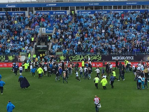 As AVBs Zenit blow the league title losing 4 2 to Dinamo, fans storm the pitch & forced abandonment [Video]