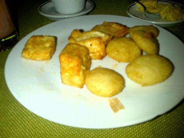 Un antojo q me di el gusto de satisfacer: Las arepitas con queso frito de @RestPiamonte Mas buenas! @Franciscogaita http://t.co/OjGJsrzQiv
