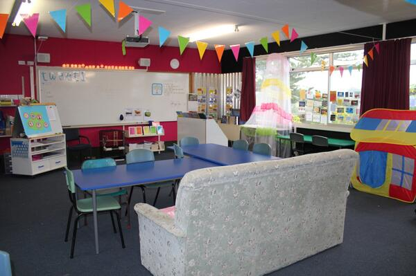 New MLE created by students with old furniture, in a traditional school setting #hackyrclass http://t.co/g61QBCh43u