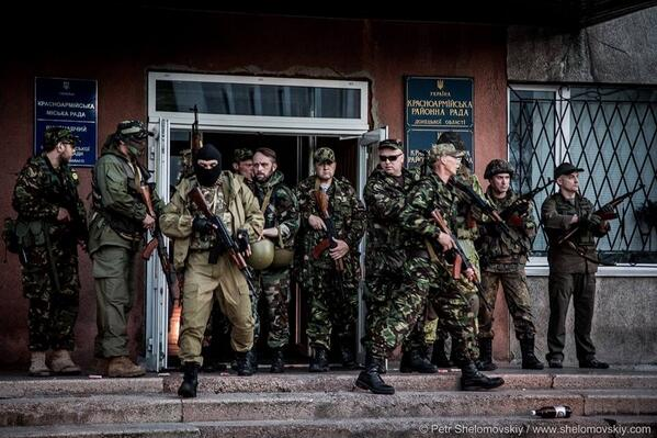 """Российским дипломатам в Литве устроили """"коридор позора"""" - Цензор.НЕТ 6155"""