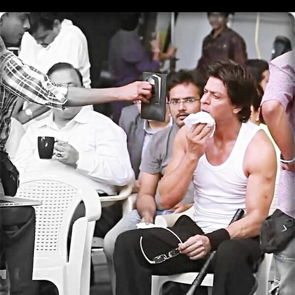 #Spotted#ShahRukhKhan on the sets of #HappyNewYear! https://t.co/vjG6P...
