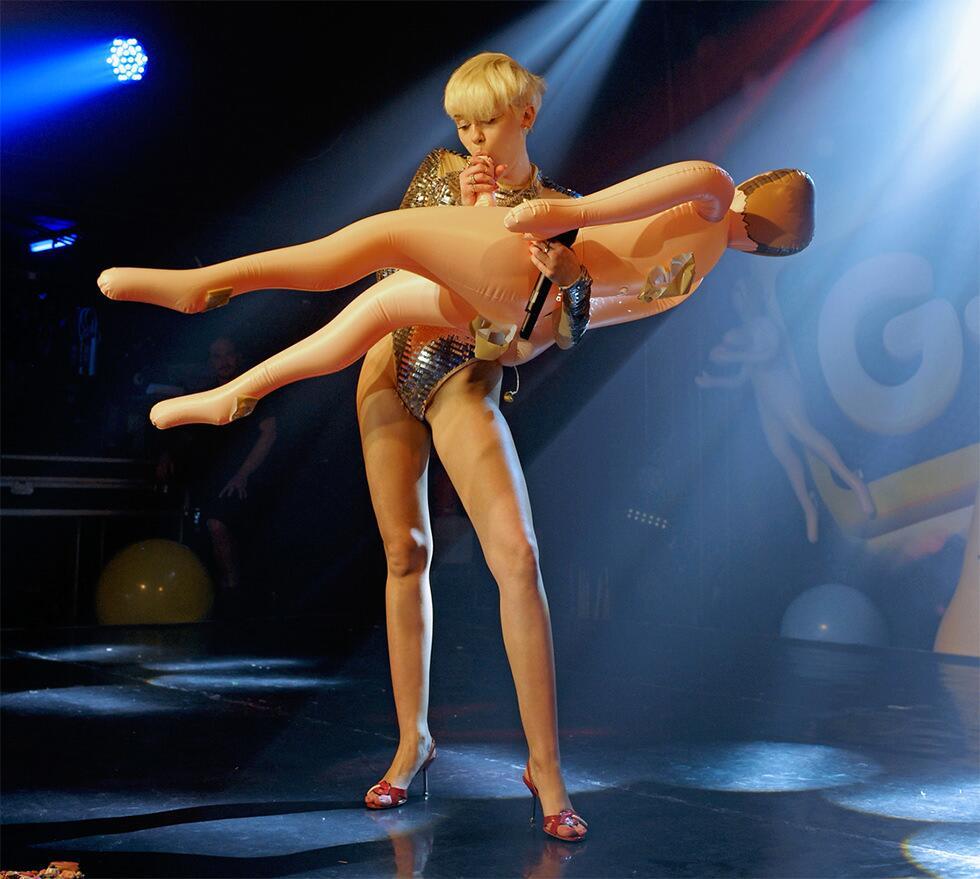 Definitivamente Miley Cyrus rockea!!! - Página 13 BnbnQeXIcAEAwYA