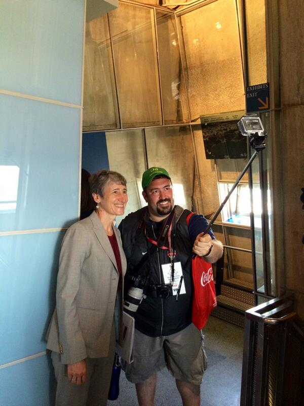 #MonuMeet-r @AnthonyQuintano snaps a selfie w/ the 1 & only @interior @SecretaryJewell atop the #WashingtonMonument http://t.co/plBqdNFTVk